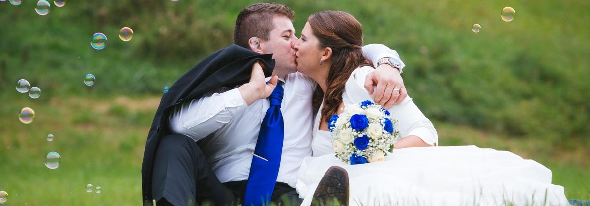 Ženin in nevesta na fotografiranju.